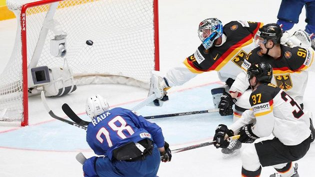 Francouzský útočník Damien Raux střílí gól proti Německu v zápase MS.