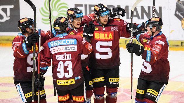 Hokejisté Sparty Praha oslavují gól Miroslava Formana (třetí zleva).