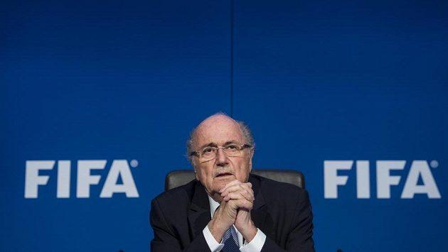 Odstupující šéf FIFA Sepp Blatter se vzdal členství v MOV.