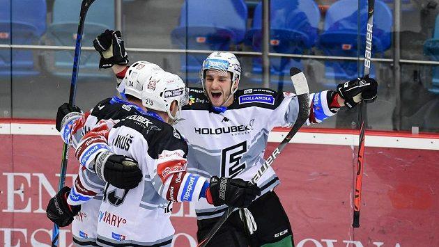 Střelec gólu Ondřej Beránek (vpravo) z Karlových Varů oslavuje se spoluhráči.
