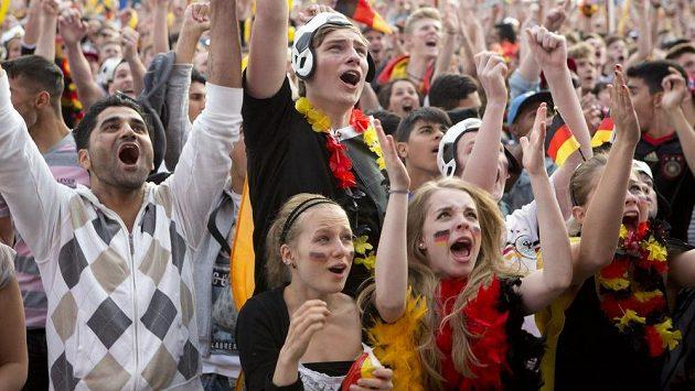 Němečtí fanoušci slaví v Berlíně gól v síti Portugalska.