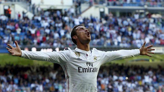 Cristiano Ronaldo slaví jeden ze svých pěti gólů proti Granadě.