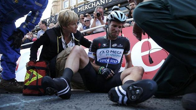 Britský cyklista Mark Cavendish měl těsně před koncem první etapy Tour de France těžký pád.