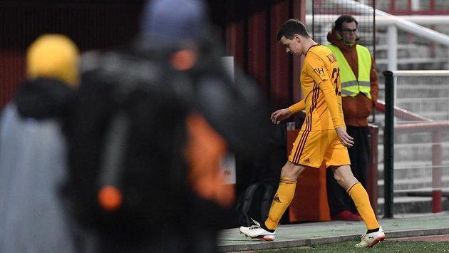 Ondřej Kušnír z Dukly vyloučený v zápase s Teplicemik odchází do šaten.