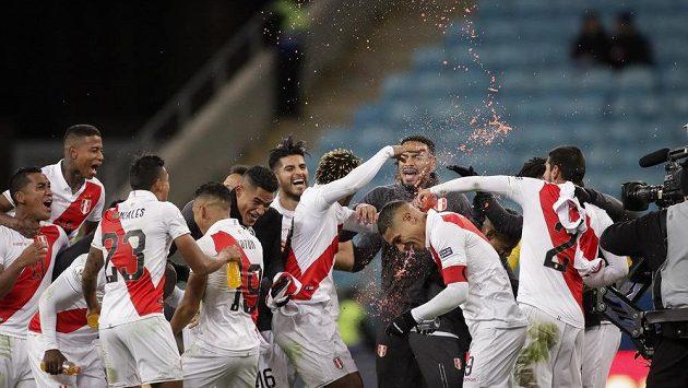 Euforie fotbalistů Peru po vyřazení Chile v semifinále jihoamerického mistrovství.