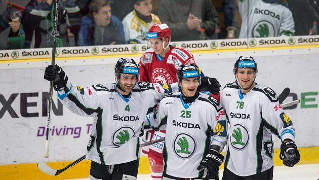 Hokejisté Mladé Boleslavi (zleva) Tomáš Voráček, Radan Lenc a Lukáš Žejdl oslavují třetí gól proti Třinci.