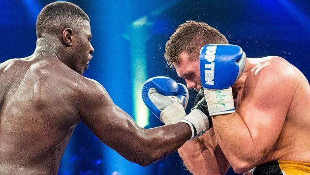 Boxer Tomáš Šálek prohrál s Peterem Kadiruem z Německa a nezískal pás juniorského mistra světa organizace WBC v těžké váze.
