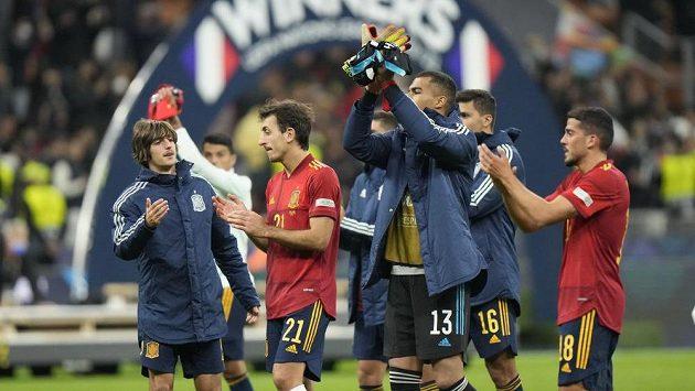 Fotbalisté Španělska prohráli ve finále Lugy národů s Francií. Poražení i tak děkovali fanouškům za podporu.