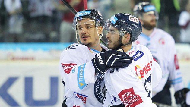 Liberečtí útočníci zleva Branko Radivojevič a Dominik Lakatoš se radují z vítězství.