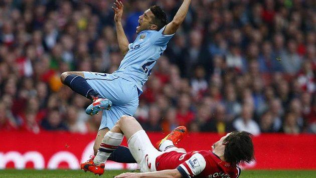 Zákrok Tomáše Rosického na Gaela Clichyho z Manchesteru City.