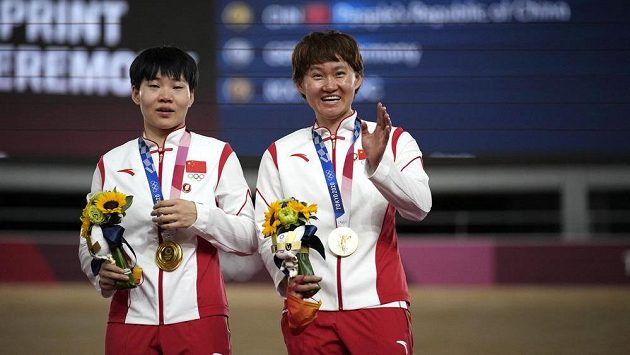 Vítězky týmového sprintu v dráhové cyklistice Čung Tchien-š' a Pao Šan-ťü měly připnuté odznáčky s hlavou někdejšího komunistického vůdce Mao Ce-tunga.