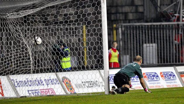 Brněnský brankář Martin Doležal inkasuje laciný gól po střele Martina Juhara.