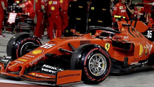 Charles Leclerc vystupuje ze svého Ferrari na VC Bahrajnu.