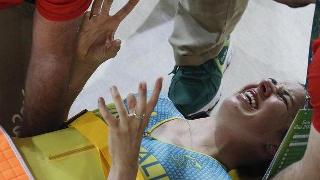 Australská dráhová cyklistka Melissa Hoskinsová v péči lékařů.