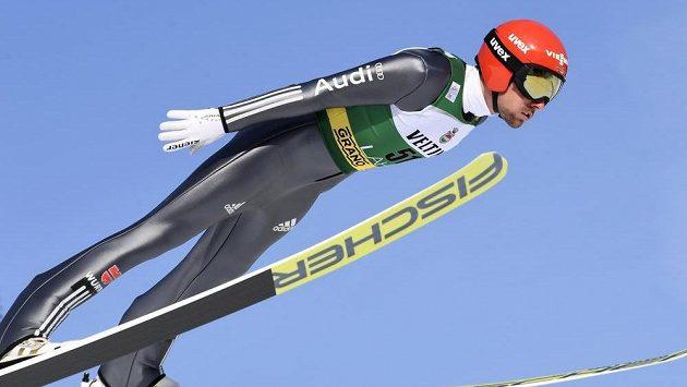 Německý sdruženář Johannes Rydzek ve skokanské části soutěže v Lahti.