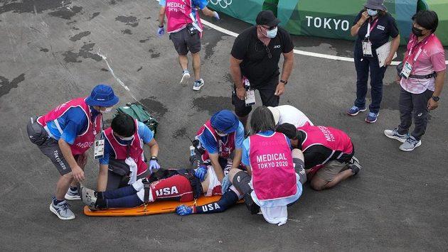 Americký bikrosař Connor Fields na nosítkách po pádu v semifinále bikrosového závodu na OH v Tokiu,