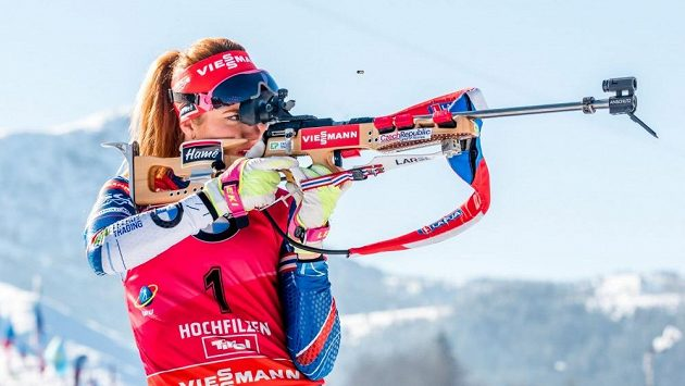 Gabriela Koukalová při střelbě závodu s hromadným startem.