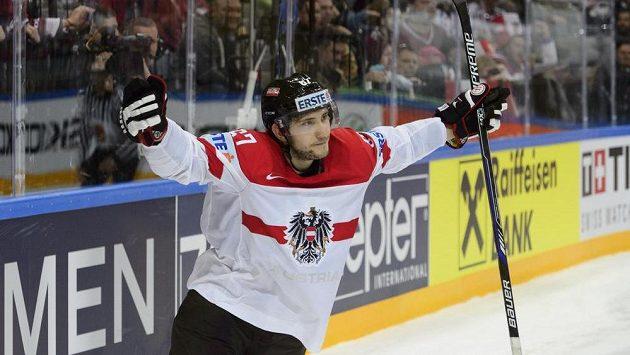 Konstantin Komarek z Rakouska se raduje z vítězného gólu v samostatných nájezdech v duelu MS proti Švýcarsku.