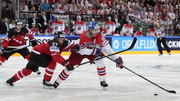 Jaromíru Jágrovi (vpravo) se snaží vypíchnout puk Kanaďan Sidney Crosby.