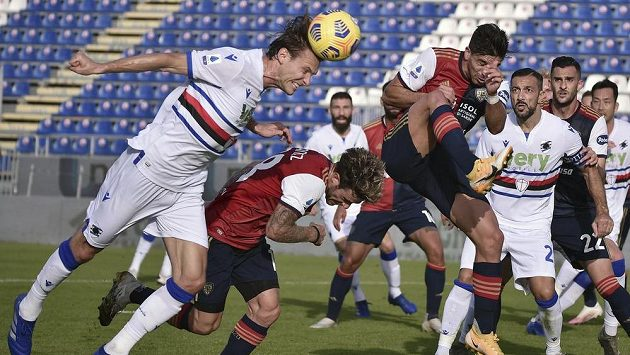 Albin Ekdal ze Sampdorie Janov hlavičkuje v utkání proti Cagliari.
