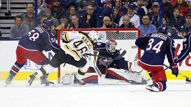 David Krejčí z Bostonu střílí gól do sítě Columbusu.