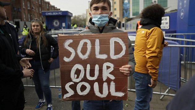 Prodali jste naši duši, stojí na transparentu fanouška Chelsea protestujícího proti Super lize.