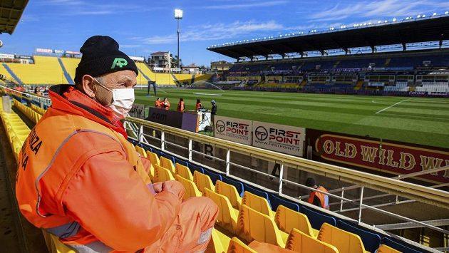 Pořadatel s rouškou přes pusu sedí na stadionu v Parmě, kde se nakonec zápas domácích proti SPAL odehrálo.
