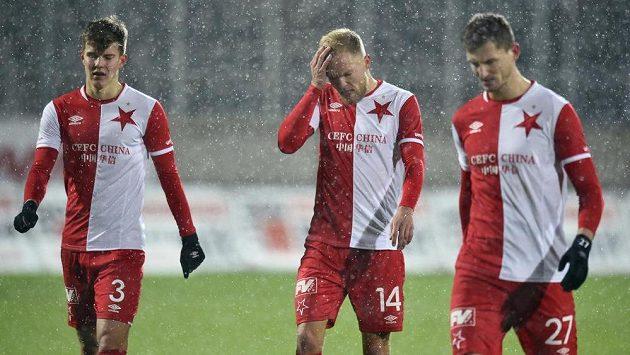 Zklamaní fotbalisté Slavie po skončení zápasu v Jablonci (zleva) Eduard Sobol, Mick Van Buren a Tomás Necid.