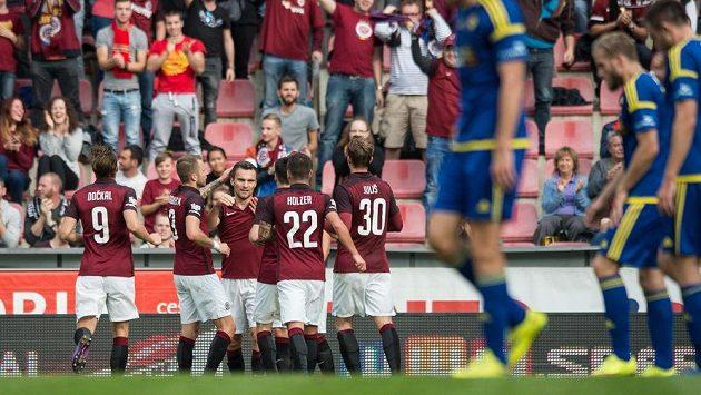Radost Sparťanů po vstřeleném gólu proti Jihlavě. Ani proti Beer Ševě nebude jejich stadión plný...