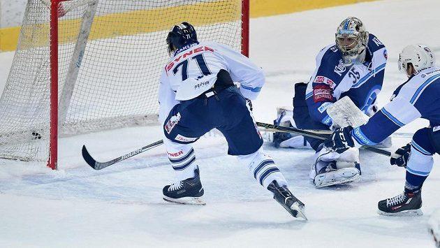 Jakub Valský (vpravo) z Liberce střílí druhý gól, přihlíží brankář Plzně Matěj Machovský.