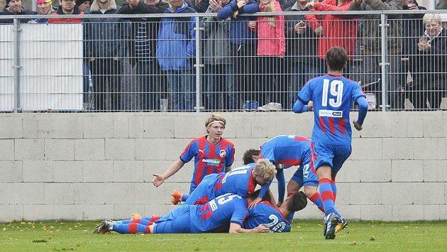 Fotbalisté Plzně se radují z gólu v utkání s Realem Madrid ve 4. kole UEFA Youth League pro fotbalisty do 19 let.