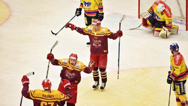 Jihlavští (zleva) David Kajínek, Radek Hubáček a Josef Skořepa se radují z gólu. Vzadu vpravo překonaný budějovický brankář Petr Kváča.