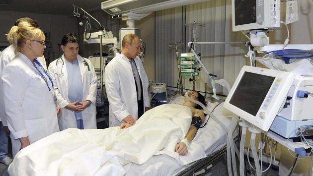Vladimír Putin (uprostřed) na návštěvě vážně nemocné Marie Komissarovové.