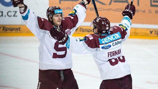 Hokejisté Sparty Praha Jan Buchtele (vlevo) a Miroslav Forman oslavují gól během třetího finále play off Tipsport extraligy.