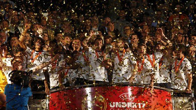 Angličtí fotbalisté slaví triumf při ME do 17 let na Maltě.