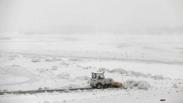 Odklízení sněhu na americkém letišti v Newarku.