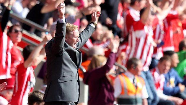 Ronald Koeman ještě jako trenér Southamptonu slaví gól v síti Crystal Palace v utkání 38. kola Premier League.