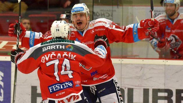 Pardubický Petr Sýkora se raduje s Ctiradem Ovčačíkem ze svého gólu.