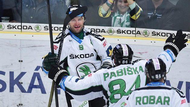 Mladoboleslavský útočník David Výborný (vlevo) se raduje se spoluhráči z gólu v zápase proti Pardubicím.