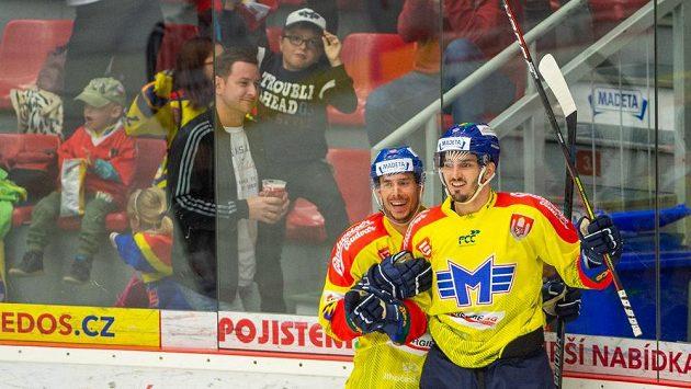 Radost v podání hokejistů Českých Budějovic - na snímku slaví Jiří Šimánek a Jan Veselý v utkání Chance ligy.