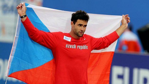 Jan Kudlička s vlajkou po zisku stříbra na mistrovství Evropy v Amsterdamu.