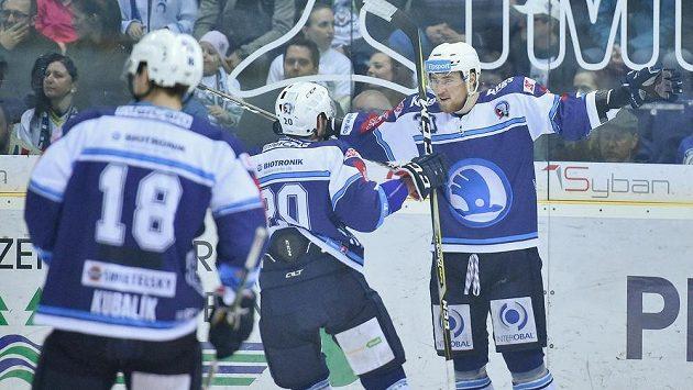 Autor prvního plzeňského gólu Jakub Lev (vpravo) se raduje se spoluhráči z trefy do liberecké sítě během čtvrtfinále play off hokejové extraligy.
