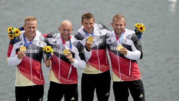 Německý kajakář Rauhe (druhý zleva) získal medaili na páté olympiádě v řadě