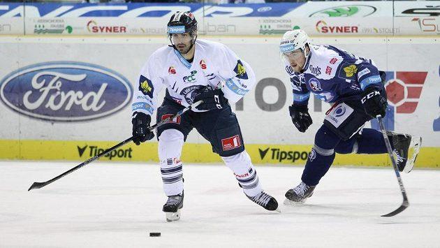 Liberecký útočník Michal Řepík (vlevo) a plzeňský forvard Jakub Lev v zápase 42. kola hokejové Tipsport extraligy.