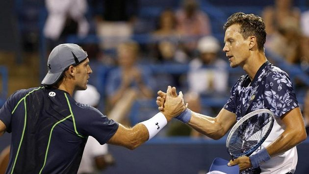 Robby Ginepri (vlevo) gratuluje Tomáši Berdychovi k postupu do dalšího kola turnaje ve Washingtonu.