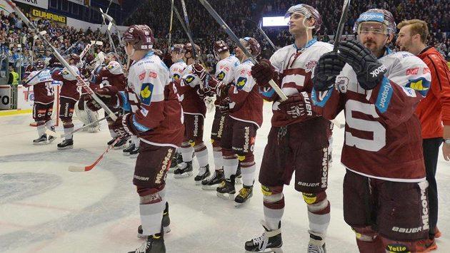 Hokejisté Sparty slaví s fanoušky postup do finále play off extraligy.