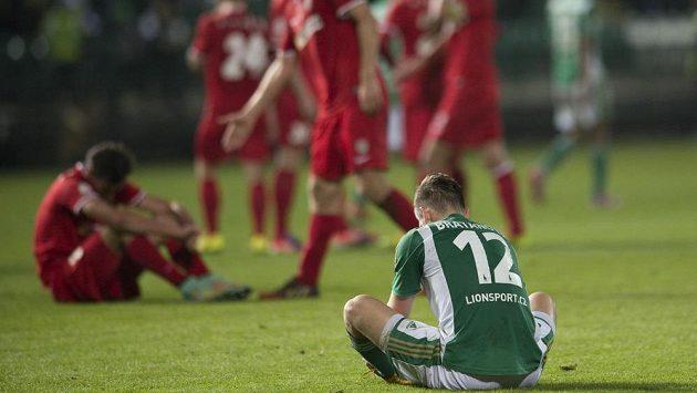 Zklamaný útočník Bohemians Elvis Bratanovič (vpředu) na konci zápasu s Brnem.