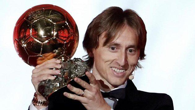 Chorvatský fotbalista Luka Modrič se Zlatým míčem. Hvězda Realu Madrid porazila Portugalce Ronalda i Argentince Messiho.