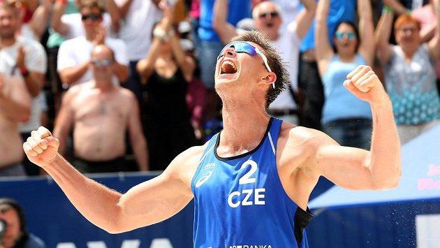 David Schweiner v utkání proti rakouské dvojici Martin Ermacora a Moritz Pristauz. Český tým zvítězil 2 : 0.