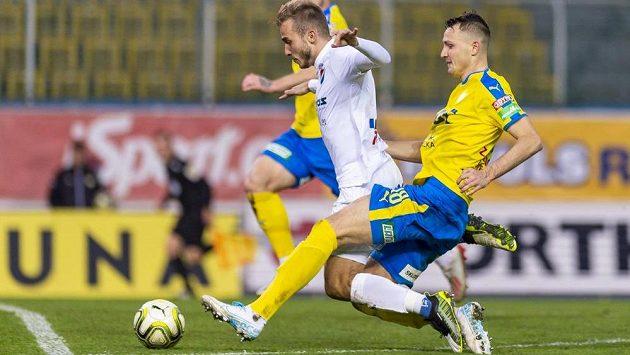 Nemanja Kuzmanovič (v bílém) z Ostravy a faulující Michal Jeřábek z Teplic při akci, po které se pískala penalta.